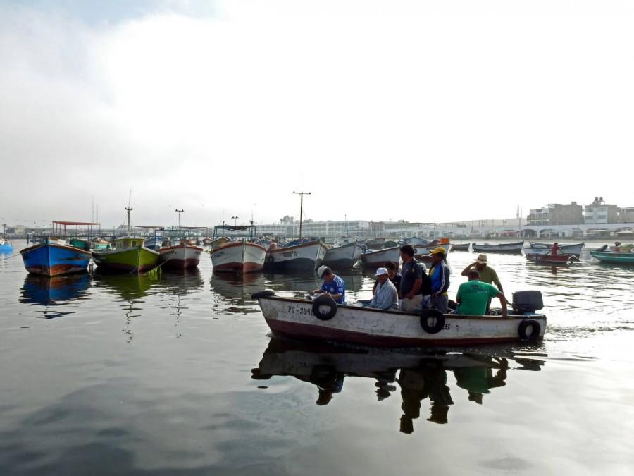 Peru | Die Fischer von Paracas. Blick auf ein kleines Boot mit acht Peruanern die sich zum fischen aufmachen