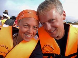 Paracas Nationalpark | Islas Ballestas Tour, Sicherheitswesten sind Pflicht bei der Tour mit dem Boot. Karin und Henning als Nahaufnahme mit orangefarbenen Westen