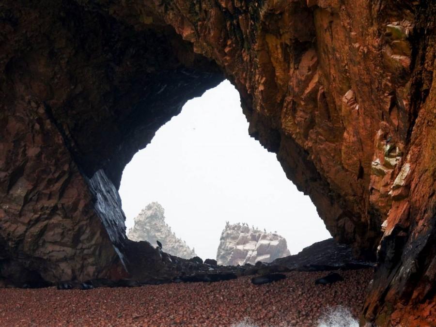 Peru | Paracas, Islas Ballestas, der Gestank im National Parc ist nasenbetäubend, die Ausblicke dafür atemberaubend. Blick durch eine Höhle zu zahlreichen schlafenden Seelöwen