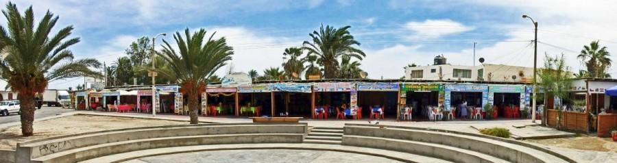 Peru | Typische Restaurants in Paracas. Blick auf einige nebeneinander gelegene Restaurants