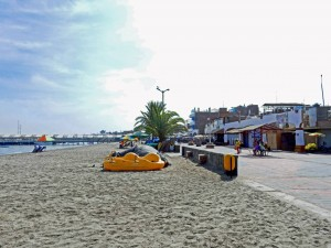 Peru | Die Strandpromenade von Paracas. Panorama auf den Strand, das Meer und die kleinen Restaurants und Shops entlang der Promenade