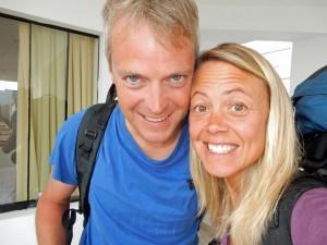 Peru | Weiter geht´s nach Lima. Karin und Henning grinsend als Selfie mit den Rucksäcken auf dem Rücken
