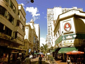 Uruguay | Montevideo, Die hübsche Fußgängerzone der Ciudad Vieja mit zahlreichen Läden und Passanten
