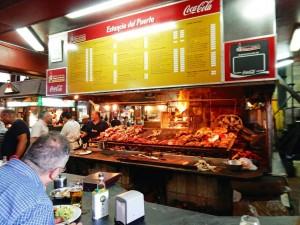 Uruguay | Montevideo, Das Asado gilt als eines der Besten im Mercado del Puerto der Ciudad Vieja, hier ein gut besuchter Stand mit Grillfleisch