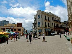 Uruguay | Montevideo, Der Vorplatz des Mercado del Puerto mit zahlreichen Touristen in der Ciudad Vieja
