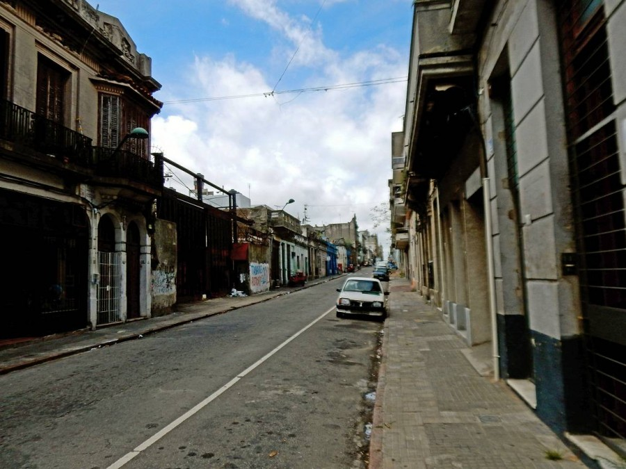 Montevideo | Sicherheit: Die heruntergekommenen Nebenstraßen der Ciudad Vieja sollte man zu jeder Tageszeit aus Sicherheitsgründen lieber meiden, hier eine menschenleere Straße mit vergitterten Türen