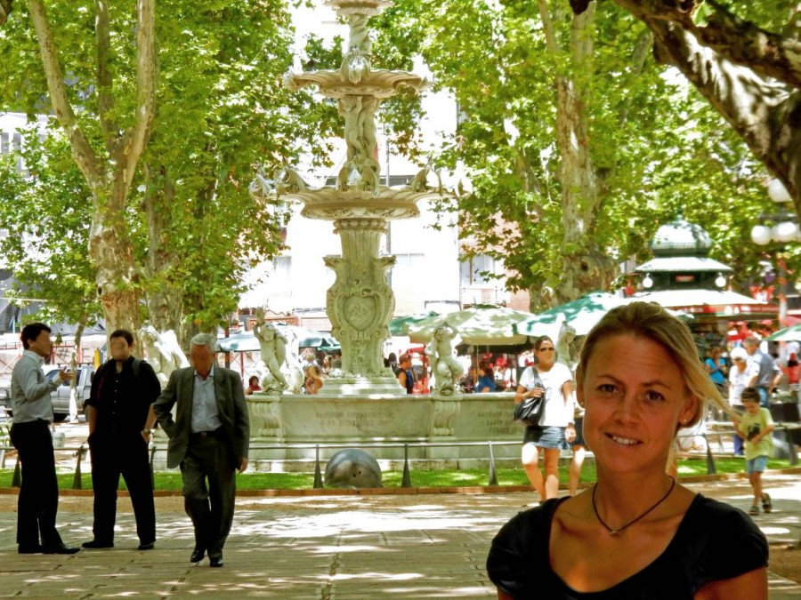 Uruguay | Montevideo, Karin vor dem Brunnen unter Bäumen am Plaza Constitucion