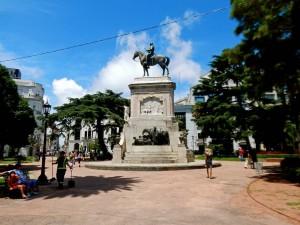 Uruguay | Montevideo, Der entspannte Plaza Zabala mit Reiterdenkmal in der Mitte in der Ciudad Vieja