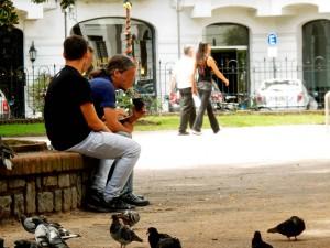 Uruguay | Montevideo, Mate-Tee ist die Passion der Uruguayer, wie hier eine Gruppe junger Männer im Park den Tee genießt