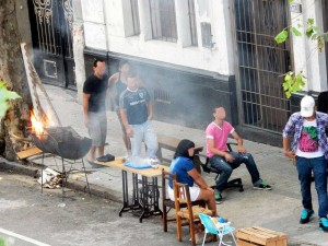 Uruguay | Montevideo, Sonntags wird von einer Gruppe Jugendlicher auf den Straßen der Grill angefeuert und Tische und Stühle werden aufgestellt