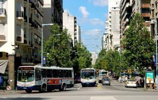 Montevideo | interessante Orte: Die vielbefahrene Avenida 18 Julio ist Hauptstraße des Zentrums und beginnt am Plaza Independencia