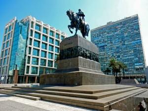 Montevideo | Sehenswürdigkeiten: Das Mausoleum von Jose Artigas, dem Vater der Unabhängkeit Uruguays, in Form eines Reiterdenkmals am Plaza Independencia