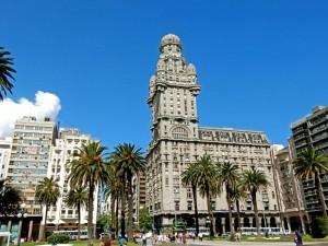 Uruguay | Montevideo, Der imposante, graue Palacio Salvo am Plaza Independencia war urspünglich als Hotel geplant, beinhaltet heute aber Büros und Wohnungen