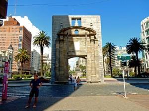 Montevideo | Sehenswürdigkeiten: Das alte Stadttor zur Altstadt am Plaza Independencia steht ganz ohne Mauern auf einem Platz