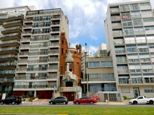 Montevideo | interessante Orte: Das skurille rote Castillo Pittamiglio war das Haus des gleichnamigen Alchemisten und bietet auch im ebenso kreativen Innenraum schier unendliche Symbolik und Rätsel