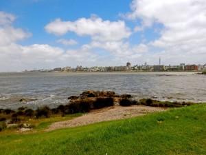 Uruguay | Montevideo, Natur und Küste laden zu Spaziergängen ein, Blick vom Rambla über das Meer auf die Skyline