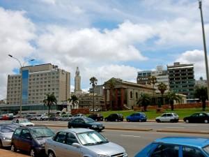 Uruguay | Montevideo, Der Templo Ingles zwischen Rambla und der Altstadt sieht mit seinen Säulen wie ein römischen Gebäude aus, zu dem die 80er Jahre-Bauten der Umgebung nicht passen