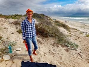 Südafrika | Kapstadt, Entspannter Strandnachmittag am Blouberg Beach. Karin im Vordergrund des weißen Sandstrands inmitten der Dünen