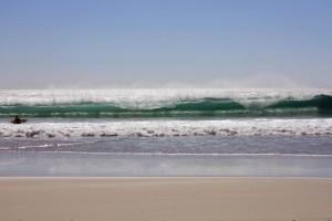 Südafrika | Kapstadt, Surfer am Blouberg Strand. Blick auf die Wellen des Meeres und einen Surfer