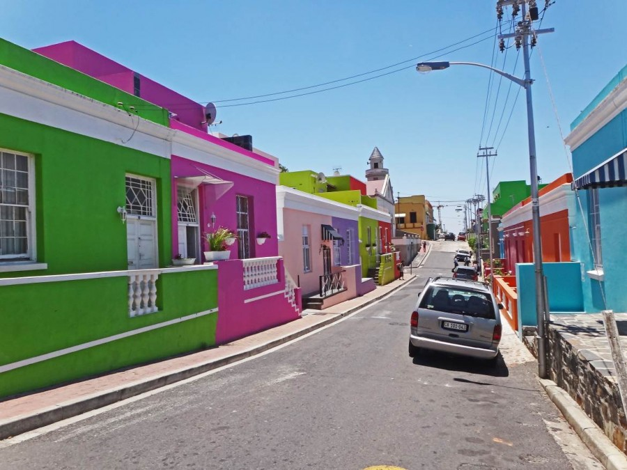 Südafrika | Kapstadt, Bo Kaap. Blick auf bunte Häuser bei blauem Himmel