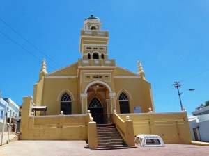 Südafrika | Kapstadt, Auwal Mosche im Stadtteil Bo Kaap. Blick auf die gelbe Moschee bei blauem Himmel