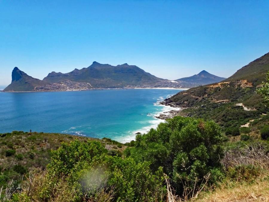 Südafrika | Kapstadt, Kap-Halbinsel, Chapmans Peak Drive Panorama auf die Bergkette und das türkisfarbene Meer bei Sonnenschein