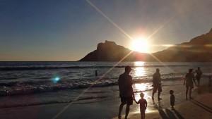 Südafrika | Kapstadt, Kap-Halbinsel, Sonnenuntergang am Strand von Hout Bay. Blick auf die Bucht