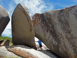 Südafrika | Kapstadt, Kap-Halbinsel, Llandudno Beach, Fasziniert über die Formen der riesigen Steine. Henning im Vergleich zwischen den Formationen