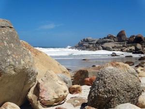 Südafrika | Kapstadt, Kap-Halbinsel, Llandudno Beach. Blick auf die Bucht mit riesigen runden Steinen