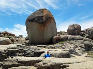 Südafrika | Kapstadt, Kap-Halbinsel, Riesige Steine am Llandudno Beach. Henning im Verhältnis im Vordergrund winzig