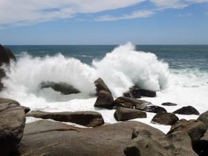 Südafrika | Kapstadt, Kap-Halbinsel, Llandudno Beach Blick auf die Küste bei der Wanderung. Wellen brechen sich in den Steinen