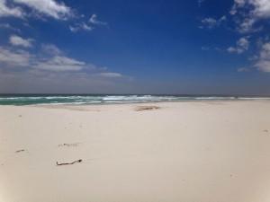 Südafrika | Kapstadt, Kap-Halbinsel, Noordhoeck Beach. Blick auf den weißen Strand, das türkisblaue Meer bei blauem Himmel und Sonnenschein