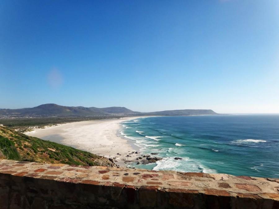Südafrika | Kapstadt, Kap-Halbinsel, Noordhoek Beach Panorama auf die weite weiße Bucht bei blauem Himmel