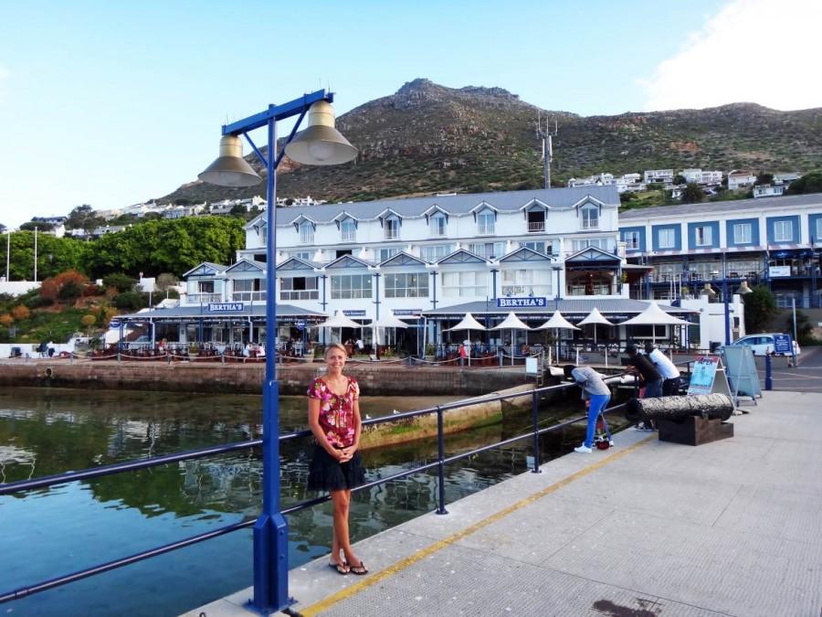 Südafrika | Kapstadt, Kap-Halbinsel, Hafen von Simons Town. Blick auf das Hafenbecken, ein paar Fisch-Restaurants und Karin im Vordergrund