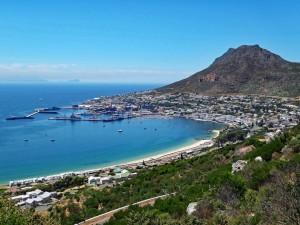 Südafrika | Kapstadt, Die Bucht von Simons Town auf der Kap-Halbinsel. Blick auf die Stadt, das Meer und die Bergketten bei blauem Himmel