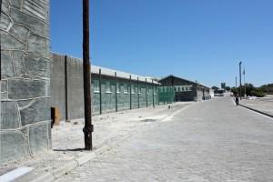 Südafrika | Gelände um das Gefängnis auf Robben Island. Blick auf die Straße die an den Mauern entlang führt