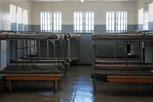 Südafrika | Kapstadt, Robben Island Tour, Gefängnis-Betten. Blick auf einige Stockbetten in einer Zelle für mehrere Häftlinge