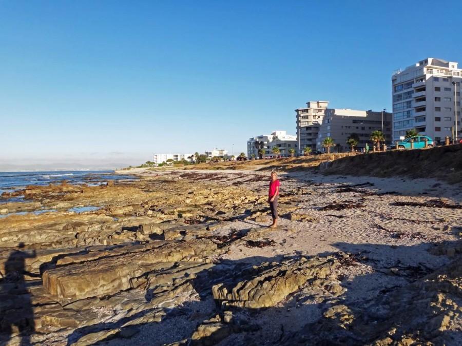 Südafrika | Der Strand von Kapstadt im Stadtteil Sea Point. Karin steht auf dem steinigen Strandabschnitt