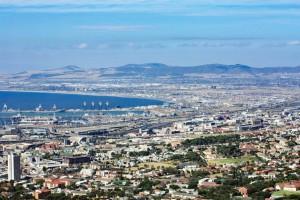 Südafrika | Kapstadt, Panorama auf Kapstadt und die V&A Waterfront vom Signal Hill. Blick auf die Bucht bei blauem Himmel