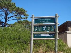 Südafrika | Kapstadt, Wanderung auf dem Signal Hill. Blick auf die grüne Hinweistafel mit Hinweisen zum Wanderweg