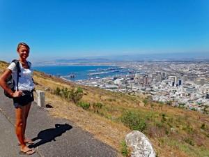 Südafrika | Panorama auf Kapstadt bei der Wanderung auf dem Signal Hill. Karin im Vordergrund, bei blauem Himmel und der Blick auf Kapstadt, den Hafen und die V&A Waterfront