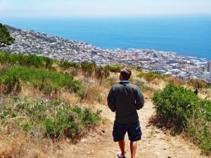 Südafrika | Kapstadt, Aussicht vom Signal Hill beim Rundweg. Henning auf dem Weg mit Blick auf das Meer und die Stadt