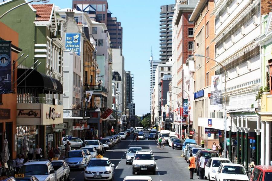 Südafrika | Kapstadt, Long Street im Stadtzentrum. Blick auf die gerade Straße mit zahlreichen Restaurants und Shops