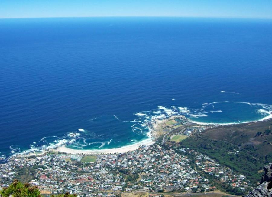 Südafrika | Kapstadt, Panorama auf die Buchten von Clifton (rechts) und Camps Bay (links) mit dem tiefblauen Meer am Horizont