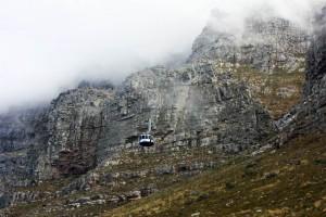 Südafrika | Kapstadt, Gondel der Seilbahn auf den Tafelberg. Blick auf die Gondel vor den wolkenverhangenen Bergen