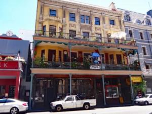 Südafrika | Kapstadt, Timbuktu Cafe in der Long Street. Blick von der Straße auf das Restaurant samt Kunstgallerie