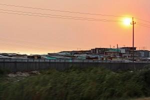 Südafrika | Sonnenaufgang über den Townships bei Kapstadt. Besonderes Licht über den Wellblech-Hütten der Schwarzen