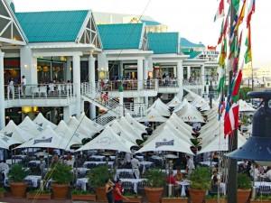 Südafrika | Kapstadt, Restaurants in der V&A Waterfront. Blick von oben auf verschiedene Lokale