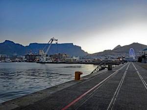 Südafrika | Kapstadt, V&A Waterfront mit Blick auf den Tafelberg bei Abendstimmung