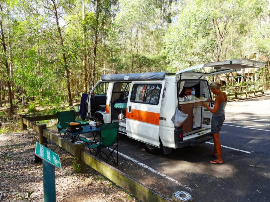 Australien | Camping, Ausstattung des Hippie Campers. Karin steht vor unserem Camper und macht Sandwiches